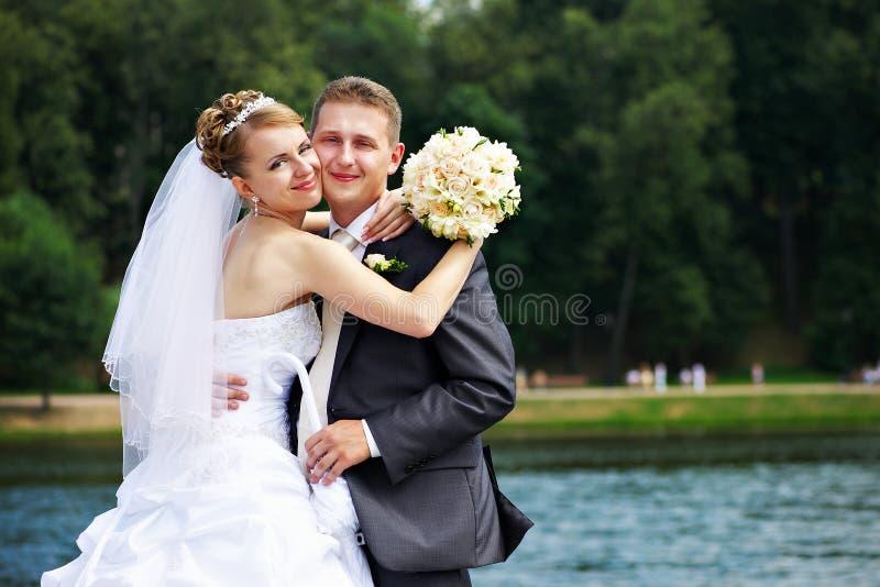 Pares románticos en la caminata de la boda fotografía de archivo
