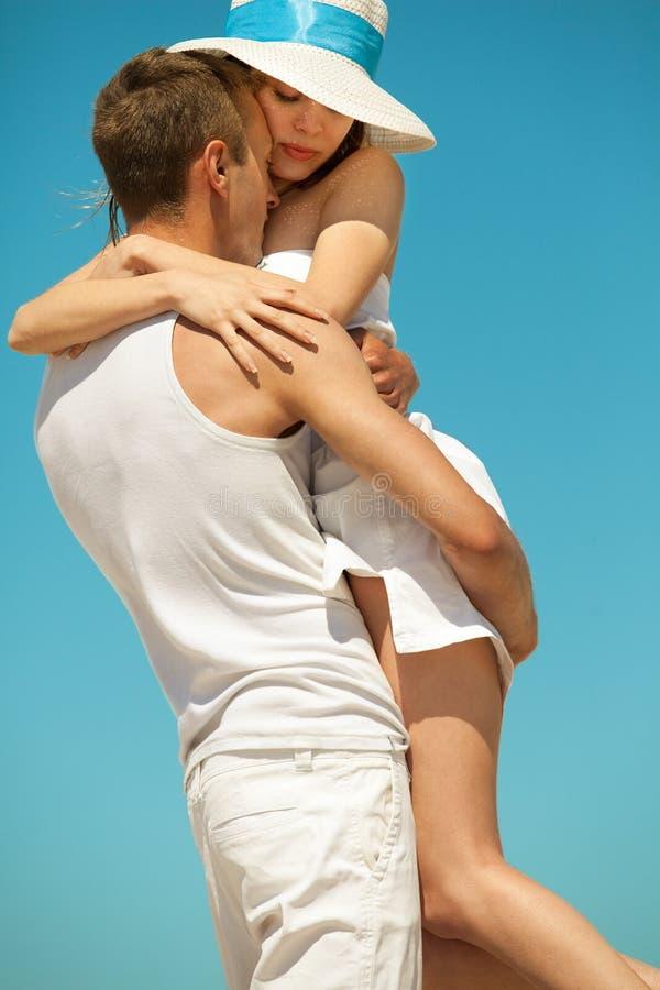 Pares románticos en una playa imagen de archivo