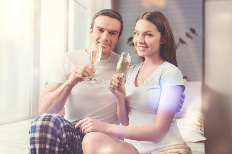 Pares románticos felices que tienen una pequeña celebración imágenes de archivo libres de regalías