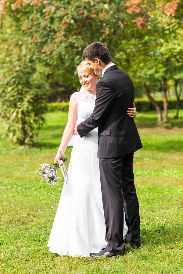 Pares románticos hermosos de la boda que se besan y que abrazan al aire libre imágenes de archivo libres de regalías