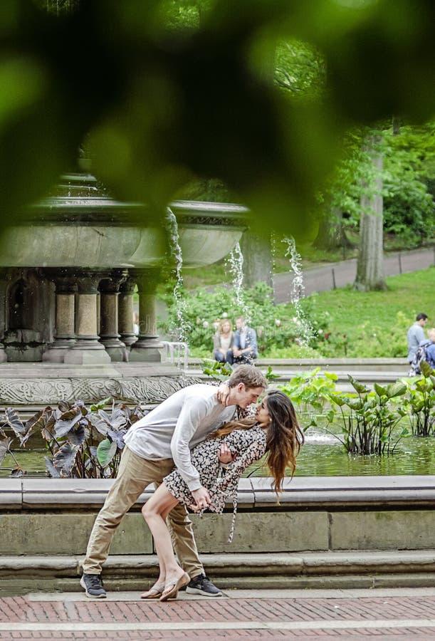 Pares románticos por la fuente en New York City imagenes de archivo