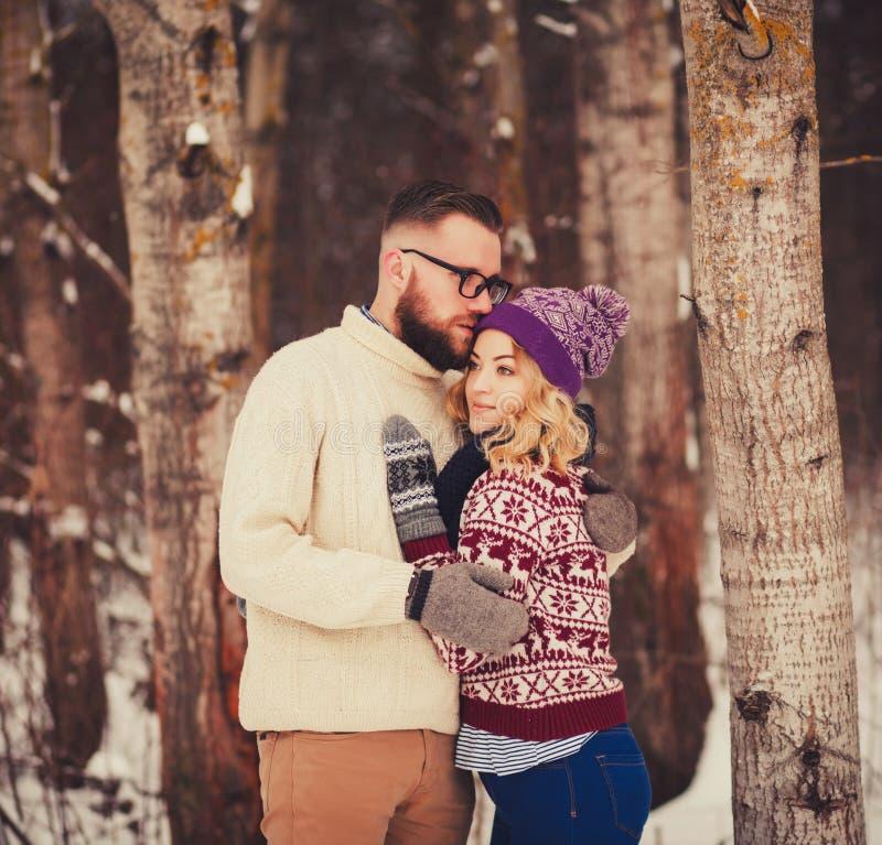 Pares románticos que abrazan en el bosque imagen de archivo libre de regalías