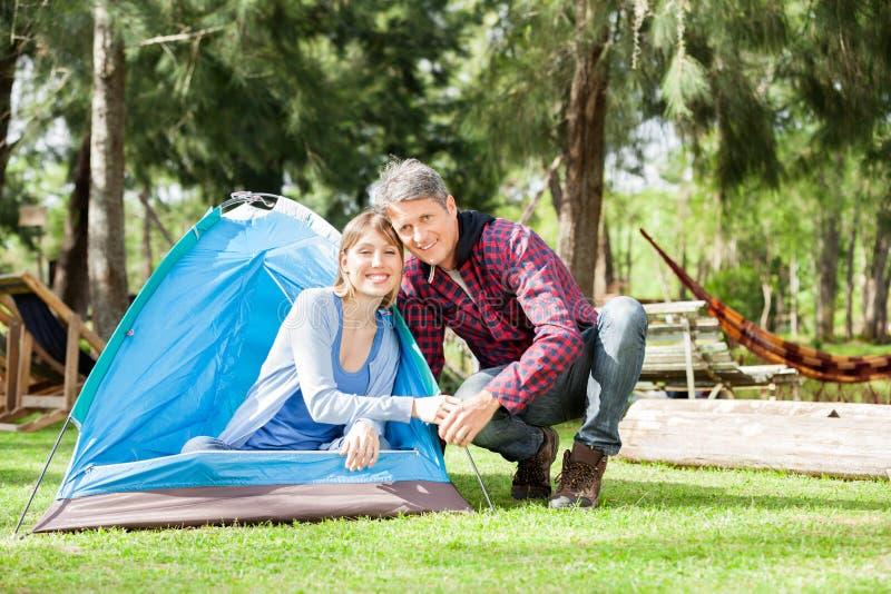 Pares románticos que acampan en parque fotos de archivo