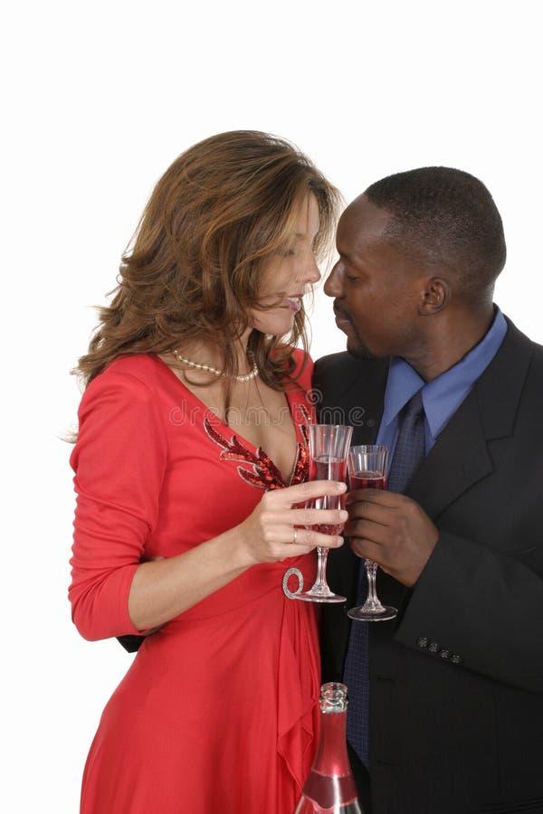 Pares románticos que celebran con el vino 12 imagen de archivo libre de regalías