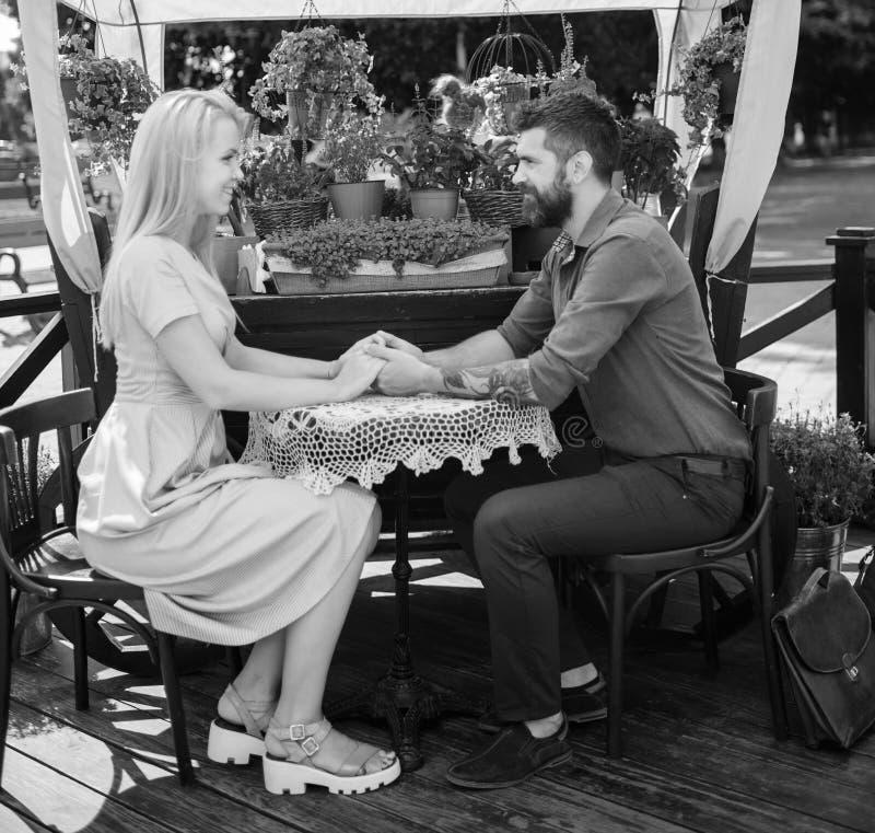 Pares románticos que llevan a cabo las manos con cuidado Muchacha con caída feliz de la cara en amor con el hombre barbudo, imagen de archivo