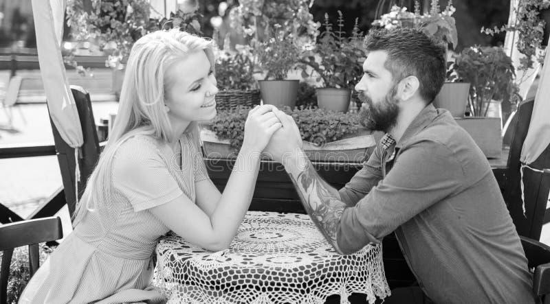 Pares románticos que llevan a cabo las manos con cuidado Muchacha con caída feliz de la cara en amor con el hombre barbudo, imagen de archivo libre de regalías