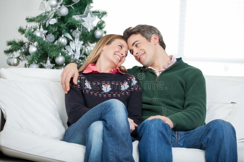 Pares románticos que miran uno a durante imagen de archivo