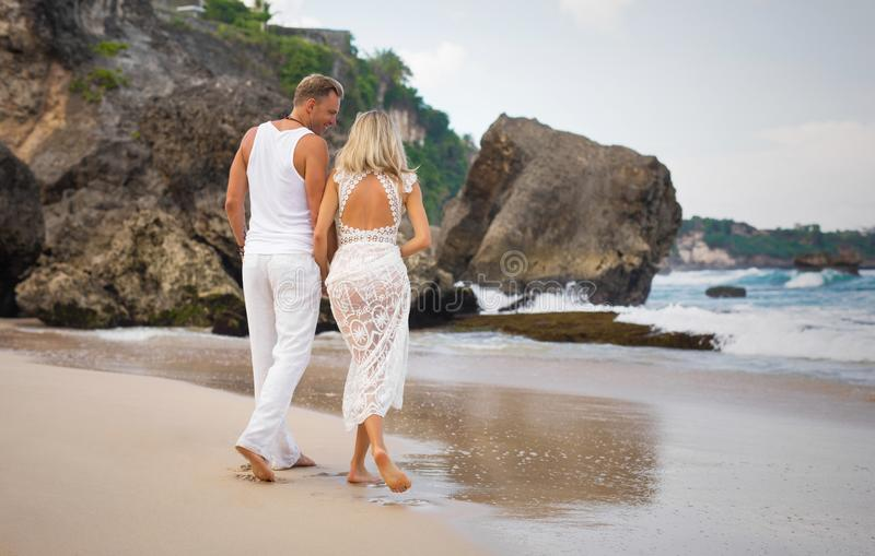 Pares románticos que recorren en la playa foto de archivo libre de regalías