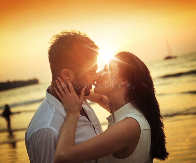 Pares románticos que se besan en una playa caliente, tropical imágenes de archivo libres de regalías