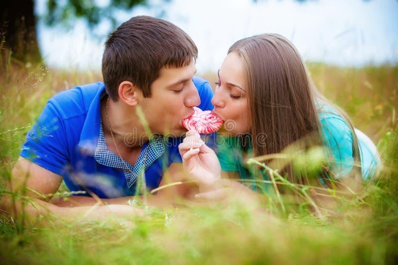Pares románticos que se relajan en campo foto de archivo libre de regalías