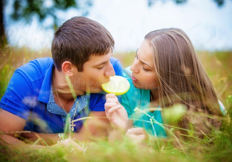 Pares románticos que se relajan en campo imagen de archivo