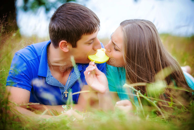 Pares románticos que se relajan en campo fotos de archivo