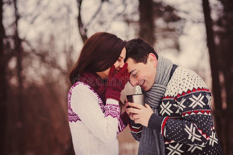 Pares románticos que tienen día de tarjeta del día de San Valentín de la diversión imágenes de archivo libres de regalías