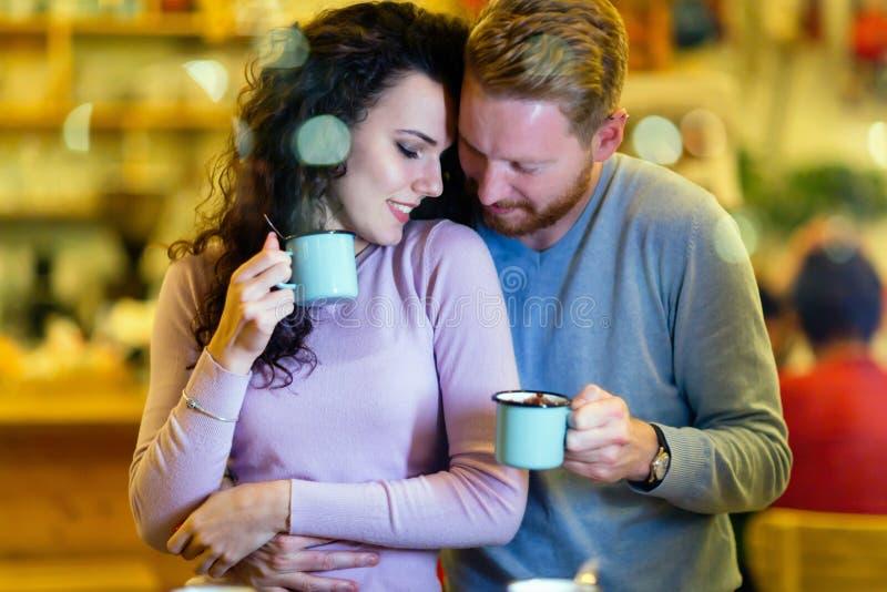 Pares románticos que tienen fecha en cafetería imagenes de archivo