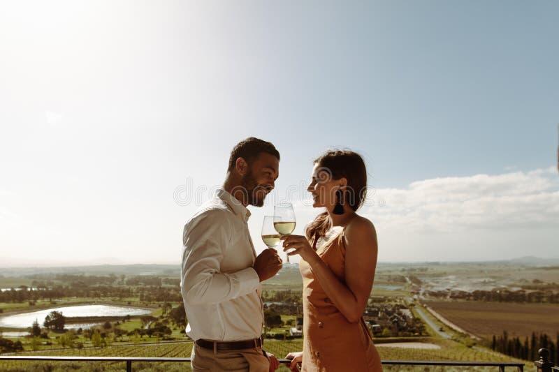 Pares románticos una fecha en el campo fotografía de archivo libre de regalías