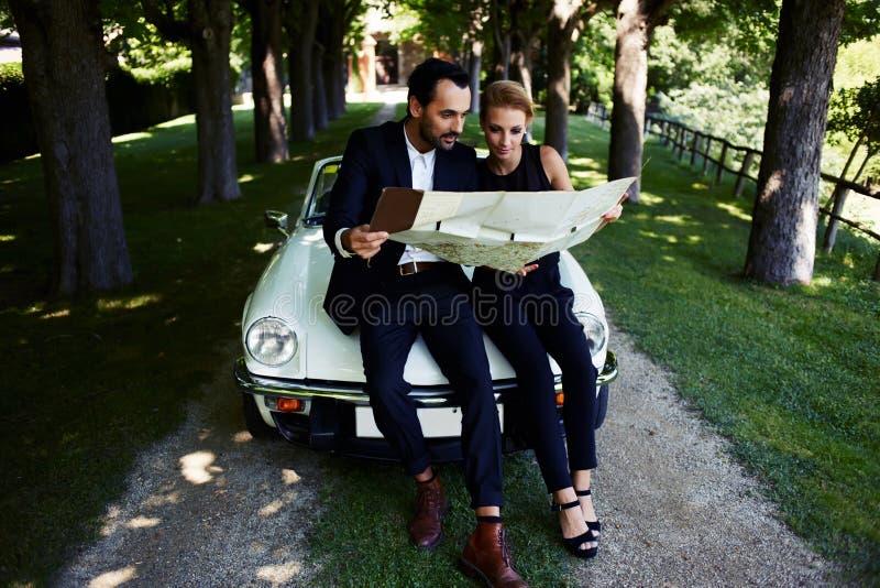 Pares románticos y maravillosos que viajan durante sus días de fiesta de las vacaciones fotos de archivo libres de regalías
