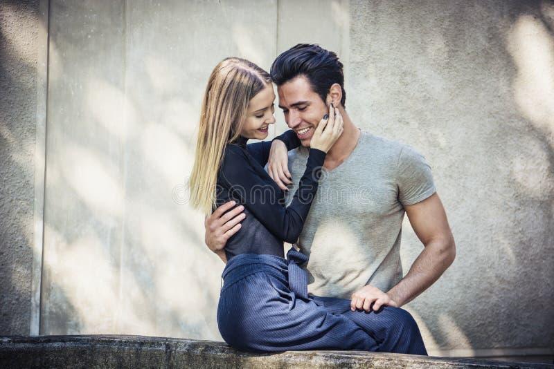 Pares românticos atrativos, homem novo e posição da menina imagens de stock royalty free
