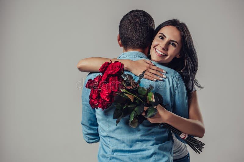 Pares românticos bonitos isolados foto de stock