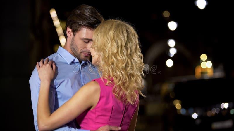 Pares românticos bonitos maciamente que abraçam e que acariciam-se, amor fotografia de stock