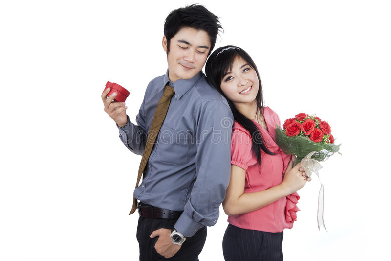 Pares românticos com flores e Giftbox foto de stock royalty free
