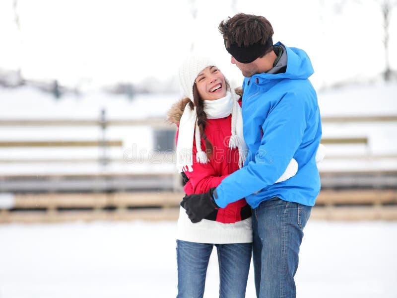 Pares românticos da patinagem no gelo na data que iceskating fotos de stock
