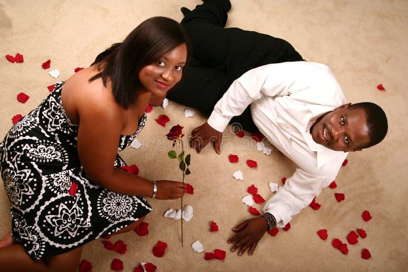 Pares românticos do americano africano que relaxam no F imagens de stock