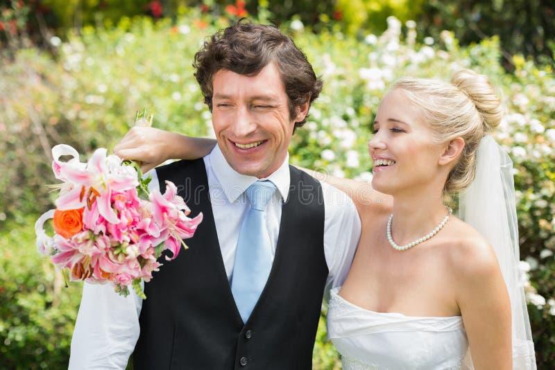 Pares românticos do recém-casado que sorriem em seu dia do casamento foto de stock royalty free