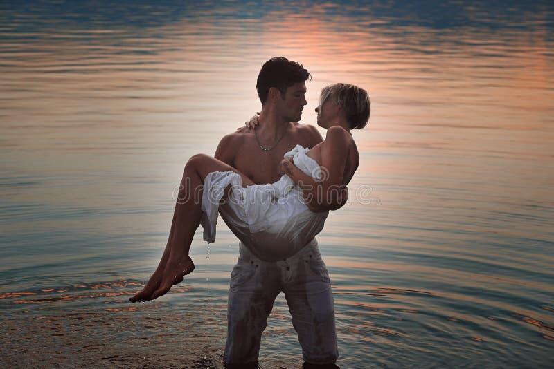 Pares românticos em águas do lago fotografia de stock