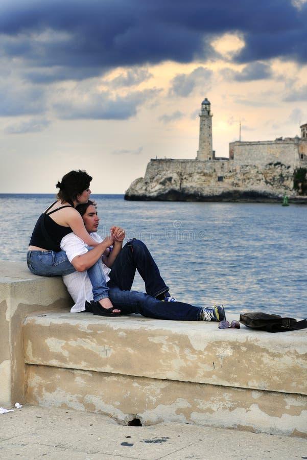 Pares românticos em foto de stock