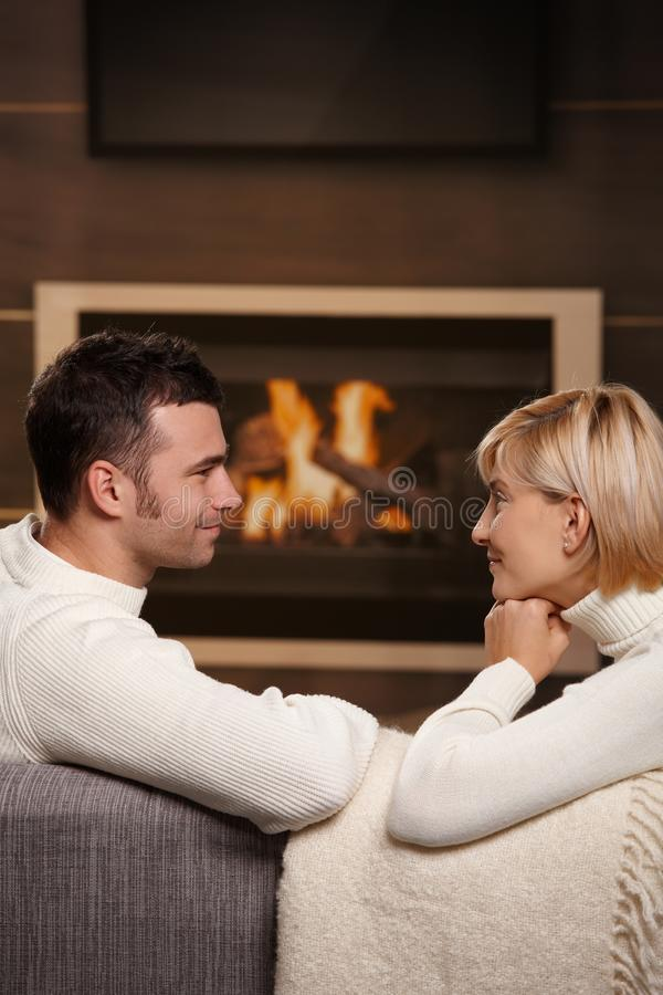 Pares românticos em casa foto de stock royalty free
