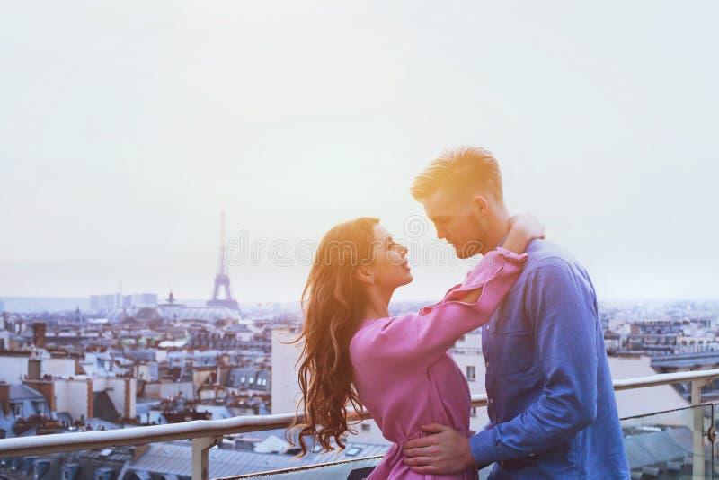 Pares românticos em Paris, momento feliz no fundo da torre Eiffel fotografia de stock