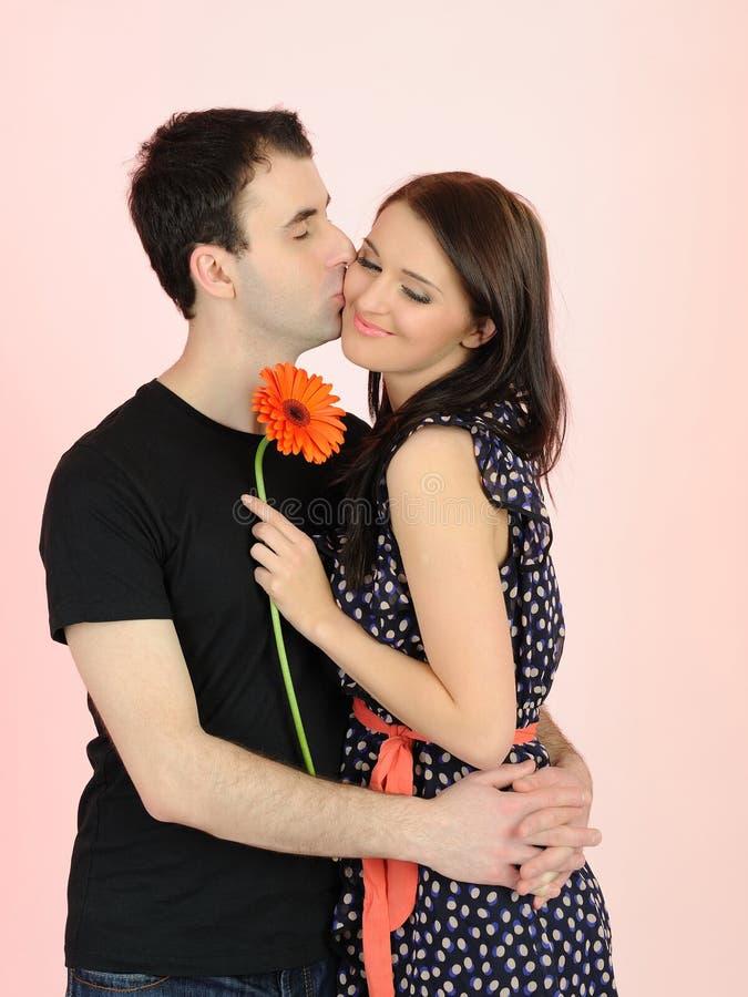Pares românticos encantadores com flor imagem de stock royalty free