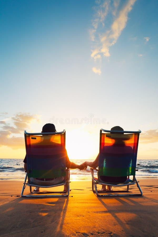 Pares românticos felizes fotos de stock