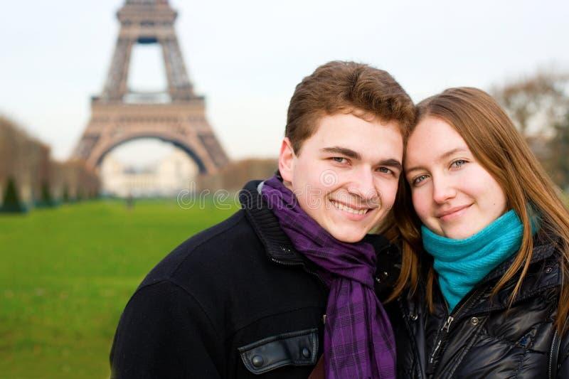 Pares românticos felizes em Paris imagem de stock