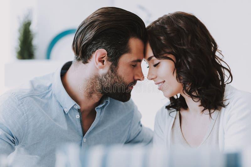 Pares românticos felizes novos junto em casa foto de stock