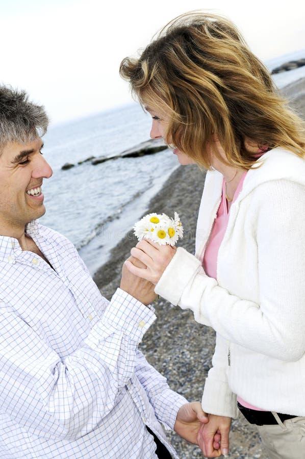 Pares românticos maduros com flores fotos de stock royalty free