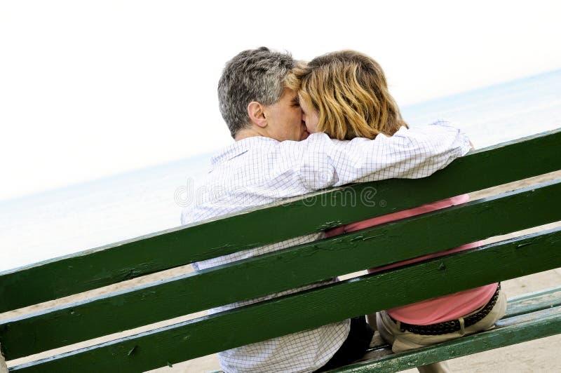 Pares românticos maduros em um banco imagem de stock royalty free