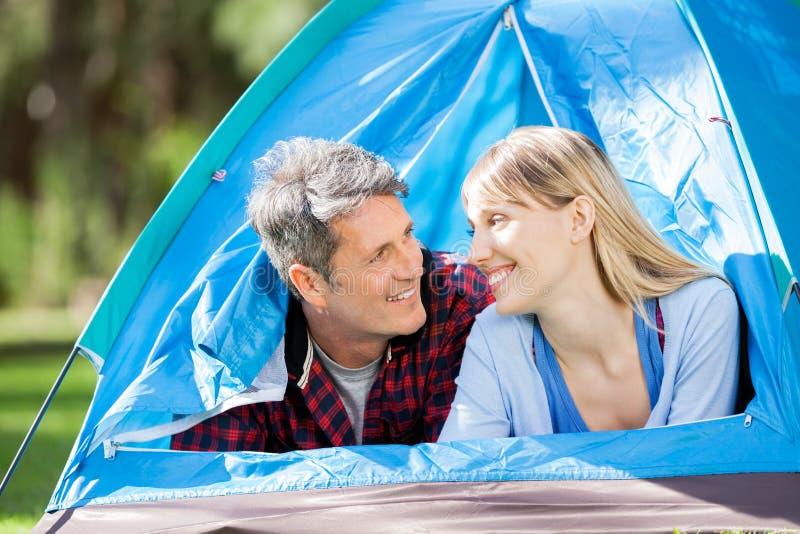 Pares românticos na barraca no parque fotografia de stock royalty free