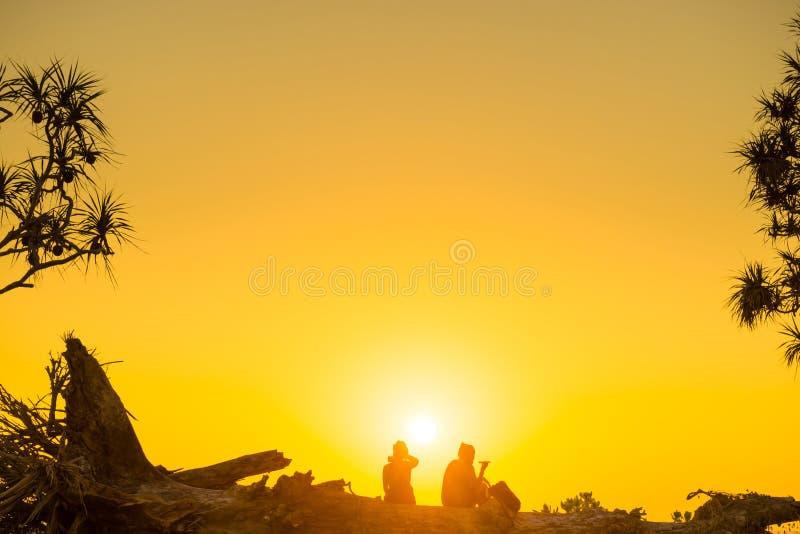 Pares românticos na praia no por do sol imagem de stock