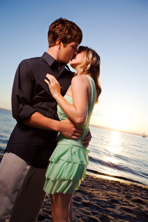 Pares românticos no amor imagens de stock