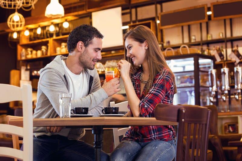 Pares românticos no café fotos de stock