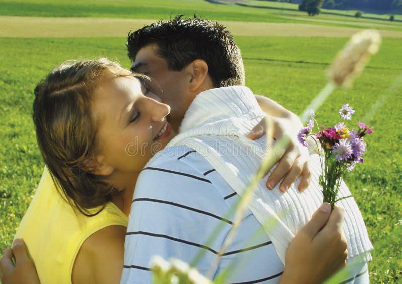 Pares românticos no campo imagens de stock