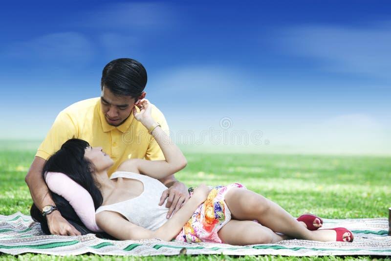 Pares românticos no parque fotografia de stock
