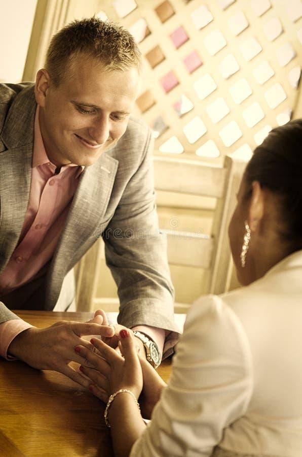 Pares românticos no restaurante imagens de stock royalty free