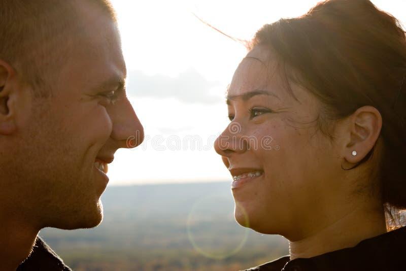 Pares românticos novos foto de stock royalty free