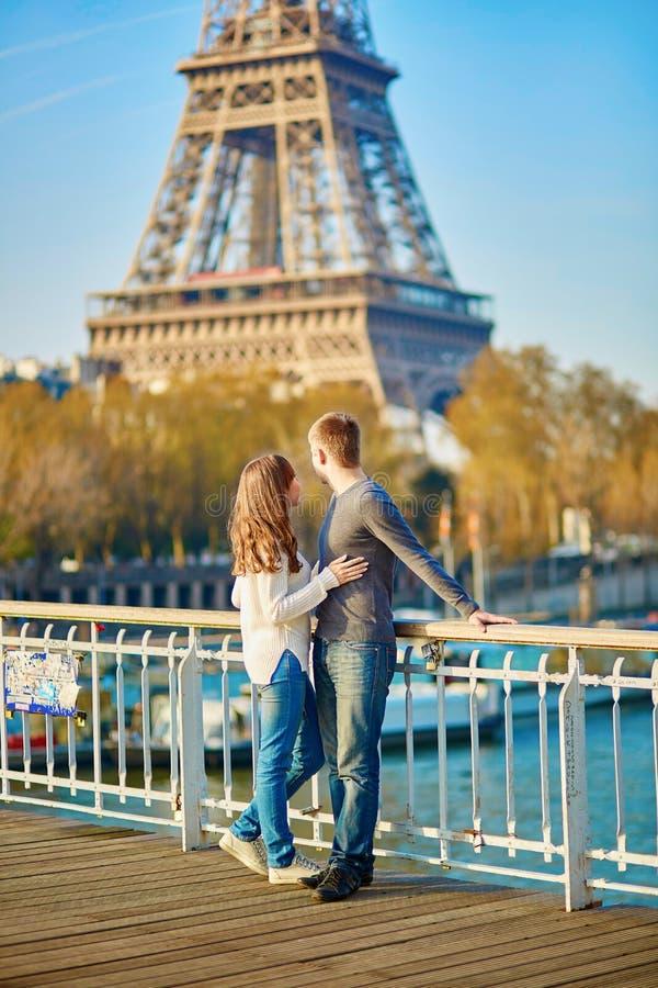Pares românticos novos em Paris perto da torre Eiffel imagem de stock
