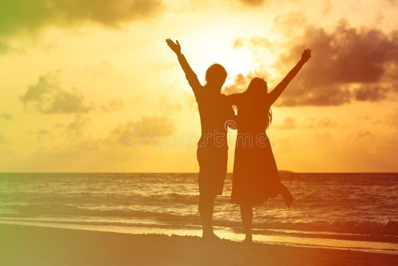 Pares românticos novos felizes no por do sol foto de stock