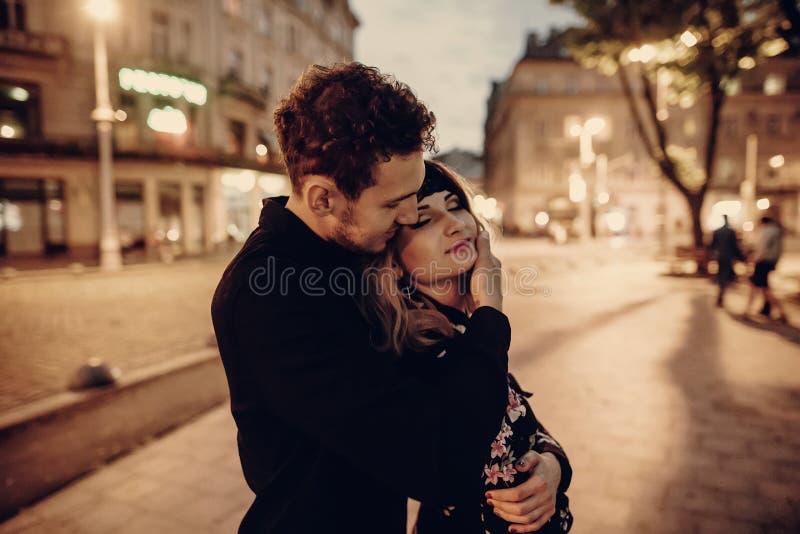 Pares românticos que abraçam em nivelar a rua de Paris, bearde considerável fotografia de stock