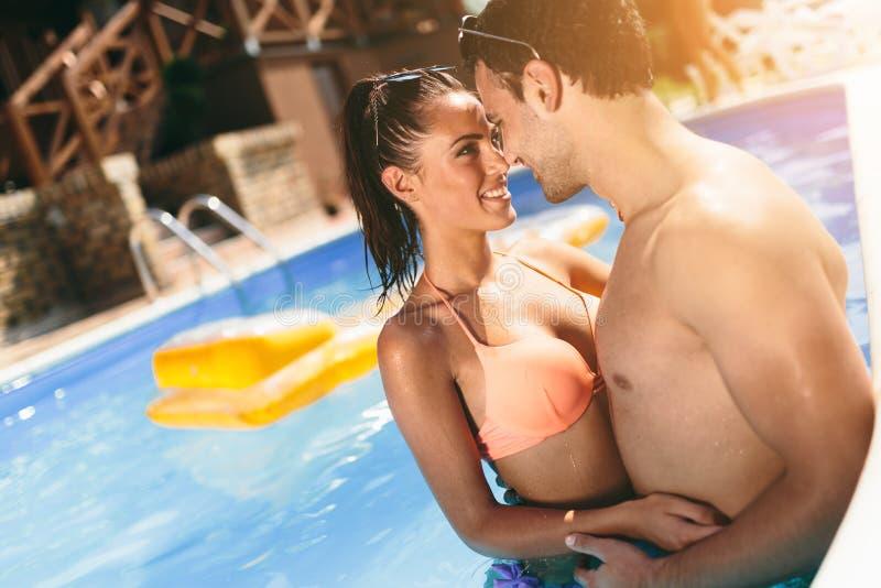 Pares românticos que apreciam férias de verão imagens de stock