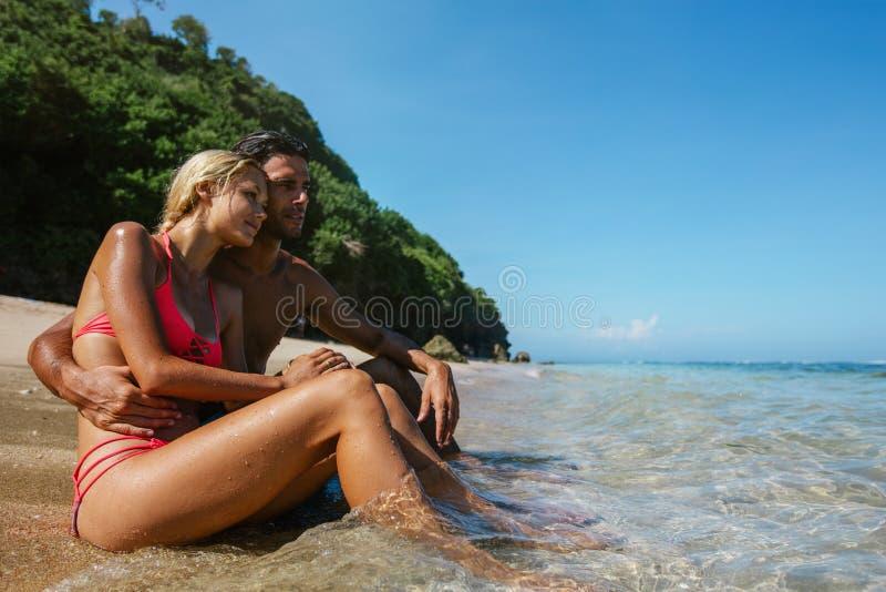 Pares românticos que apreciam feriados na praia fotografia de stock royalty free
